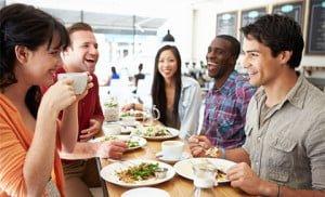amigos disfrutando de una comida